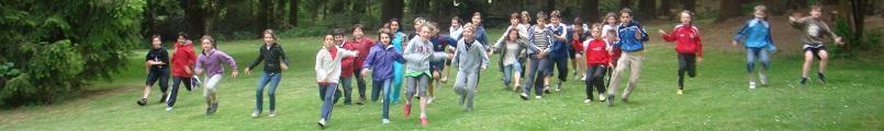 Klassenfahrt laufende Kinder