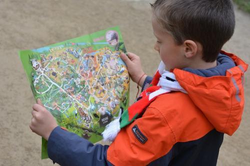 Orientierung Kind mit Karte